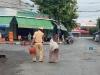 Cụ bà còng lưng mang rau đi bán khi chợ bị phong toả, 2 chiến sĩ CSGT có hành động nhận 'mưa' lời khen