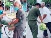 Cụ ông đạp xe, tay run rẩy đưa túi trái cây tặng cán bộ chống dịch khiến tất cả cảm động