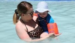 Cách chọn phao và đồ chơi bể bơi an toàn cho trẻ, phòng đuối nước
