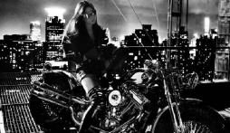 Sau ảnh hậu trường ngấn mỡ, Lưu Diệc Phi tung siêu phẩm chị đại cưỡi mô tô lướt gió trong đêm