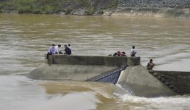Quảng Trị: Giải cứu Phó Giám đốc Sở GTVT cùng 6 người mắc kẹt giữa sông Thạch Hãn