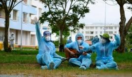 Nghẹn đắng hình ảnh sao Việt đứng dưới trời mưa hát tặng bệnh nhân cách ly: Liều thuốc tinh thần vô giá