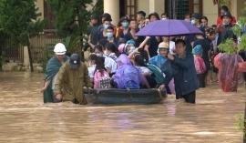 Quảng Ninh: Mưa lớn khiến nhiều tuyến đường ngập úng, quân đội phải điều xe đón học sinh