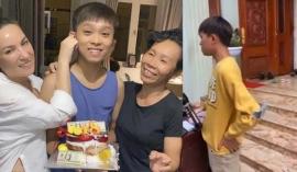 Dân mạng phát sốt với clip Hồ Văn Cường tất bật chạy show ở quê hậu tang lễ Phi Nhung
