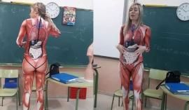 Cô giáo gây 'bão' mạng với giáo cụ trực quan mặc luôn trên người