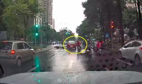 'Ma men' lái ô tô tông liên hoàn 4 xe máy đang chờ đèn đỏ ở Hà Nội