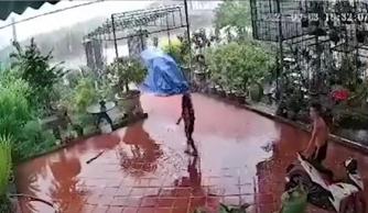 Đứng giữa ở sân nhà lúc trời mưa, nam thanh niên suýt bị sét đánh trúng người
