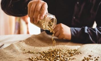 Giá vàng hôm nay 20/10: 'Lật mặt' tăng mạnh sau khi USD tụt giảm