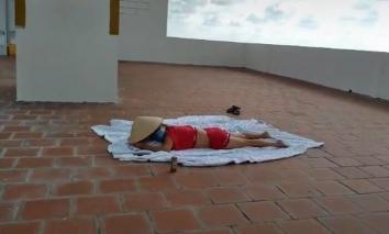 Chị gái nghi là F0 thản nhiên lên sân thượng nằm phơi nắng khiến hàng xóm bức xúc