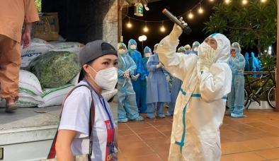 Bất chấp dịch phức tạp, Phương Thanh 'lăn xả' giúp đỡ bà con có hoàn cảnh khó khăn