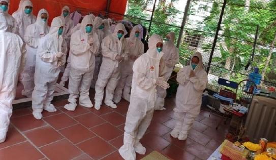 Nữ điều dưỡng ở Bắc Giang không thể về chịu tang mẹ khiến nhiều đồng nghiệp xót xa