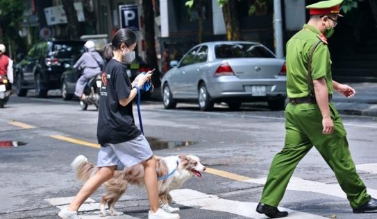 16 mức xử phạt vi phạm phòng chống dịch tại Hà Nội: Ra ngoài không cần thiết, vứt khẩu trang nơi công cộng bị phạt bao nhiêu?