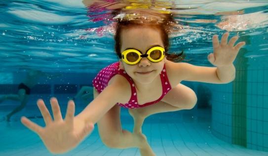 Cho trẻ học bơi và những điều bố mẹ cần biết