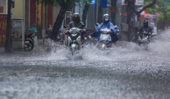 Hà Nội đón 'mưa vàng' giải nhiệt, người dân 'bơi' bì bõm trên đường