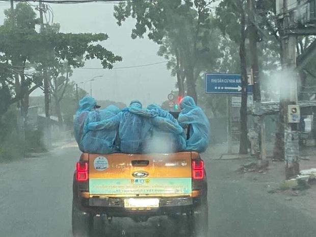 Xúc động khoảnh khắc những bóng áo xanh choàng vai nhau dưới cơn mưa tầm tã 3
