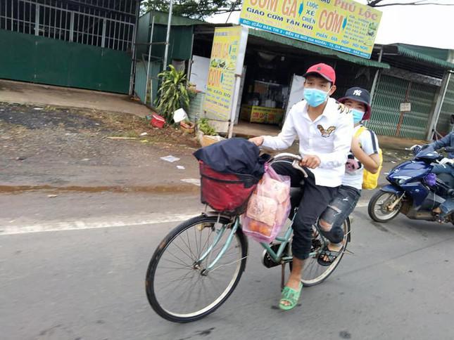 Tính đi bộ hơn 500 km về quê tránh dịch, 2 công nhân mất việc được người dân góp tiền mua tặng xe máy 1