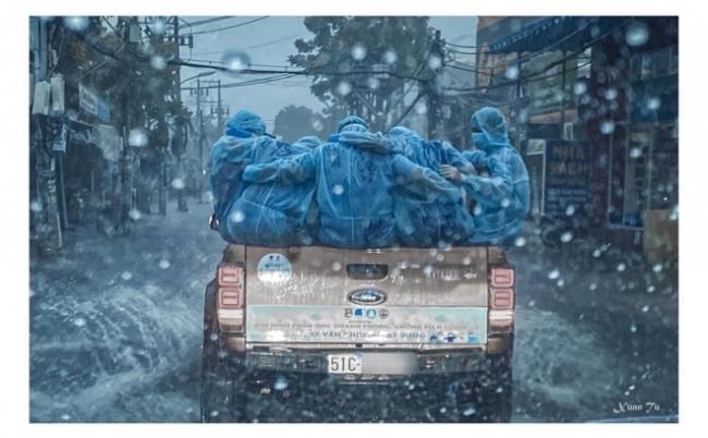 Xúc động khoảnh khắc những bóng áo xanh choàng vai nhau dưới cơn mưa tầm tã 2