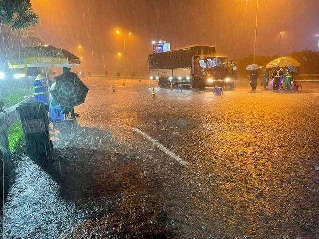 Xúc động khoảnh khắc những bóng áo xanh choàng vai nhau dưới cơn mưa tầm tã 6