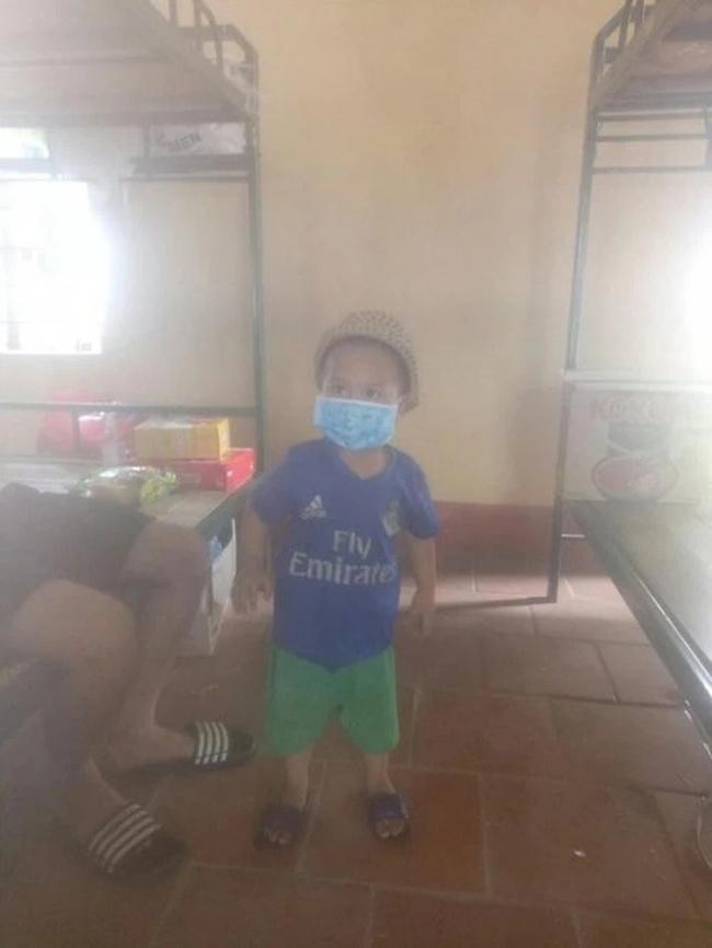 Bé trai chui gầm giường trong khu cách ly được ưu tiên cho về nhà ông bà nội cách ly 1