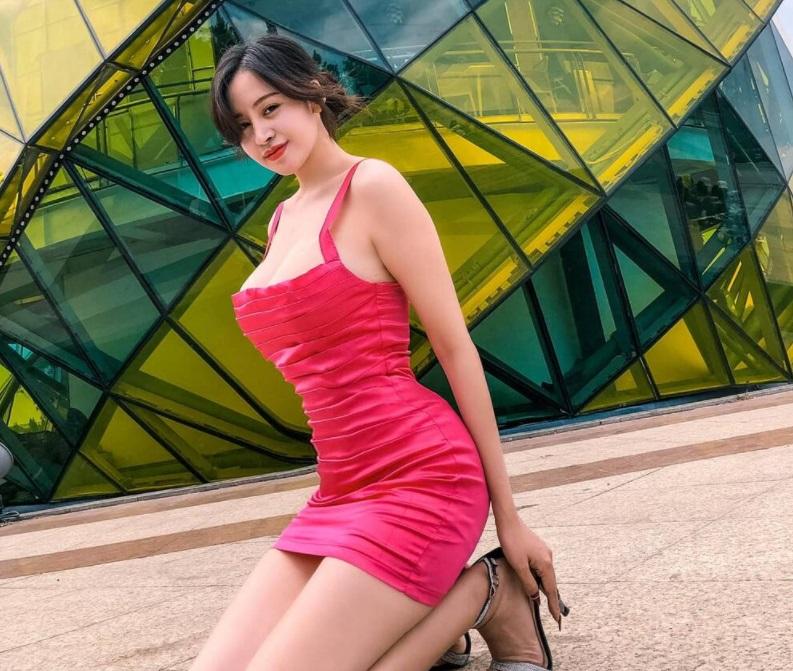 Bà Tưng Huyền Anh diện chiếc áo bó sát, trễ cổ khoe vẻ đẹp gợi cảm chưa bao giờ 'hết thời' 2
