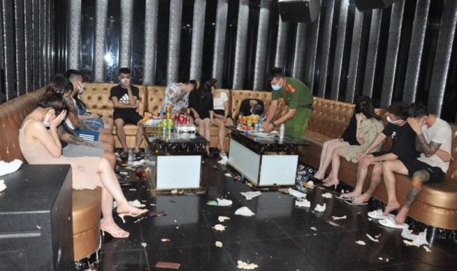 Tin tức pháp luật 24h ngày 26/7: Danh tính nhóm côn đồ ở Thái Bình, 50 nam thanh, nữ tú tụ tập hát karaoke 2