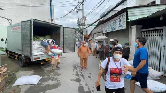 Bất chấp dịch phức tạp, Phương Thanh 'lăn xả' giúp đỡ bà con có hoàn cảnh khó khăn 2