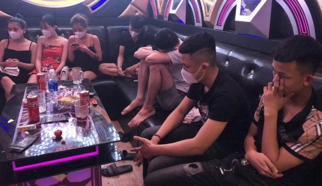 Tin tức pháp luật 24h: Vờ sửa xe giúp cô gái cướp tài sản, Quán karaoke mở cửa đón khách bất chấp lệnh cấm 4