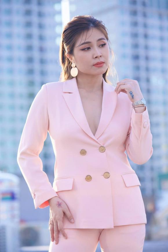 MC, BTV Hoàng Linh VTV diện vest không nội y khoe vẻ đẹp quyến rũ 3