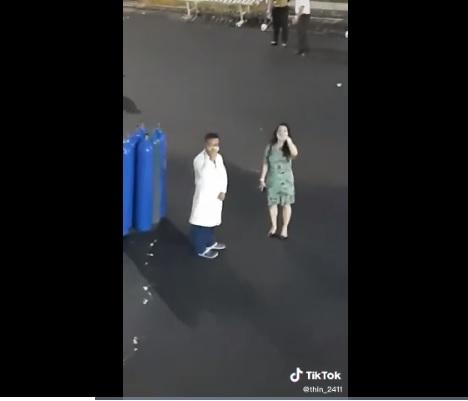 Bỏ qua ồn ào, vợ chồng bà Phương Hằng 'vi hành' mang trạm oxy miễn phí đến các bệnh nhân 4