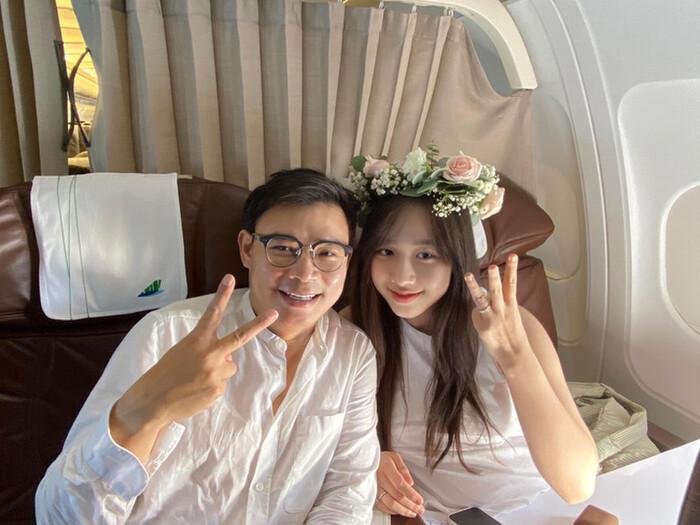 مرد ثروتمند هنگام مشکوک شدن به رابطه جنسی 3 ، MC VTV را با دست بالا در هواپیما ارائه داد