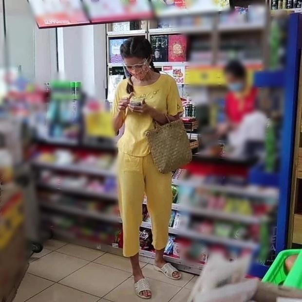 Lộ ảnh chụp lén siêu mẫu Minh Tú sau thời gian giãn cách: Hốt hoảng phong cách 'chân quê chưa rửa phèn' 2