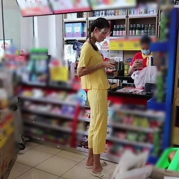 Lộ ảnh chụp lén siêu mẫu Minh Tú sau thời gian giãn cách: Hốt hoảng phong cách 'chân quê chưa rửa phèn' 1