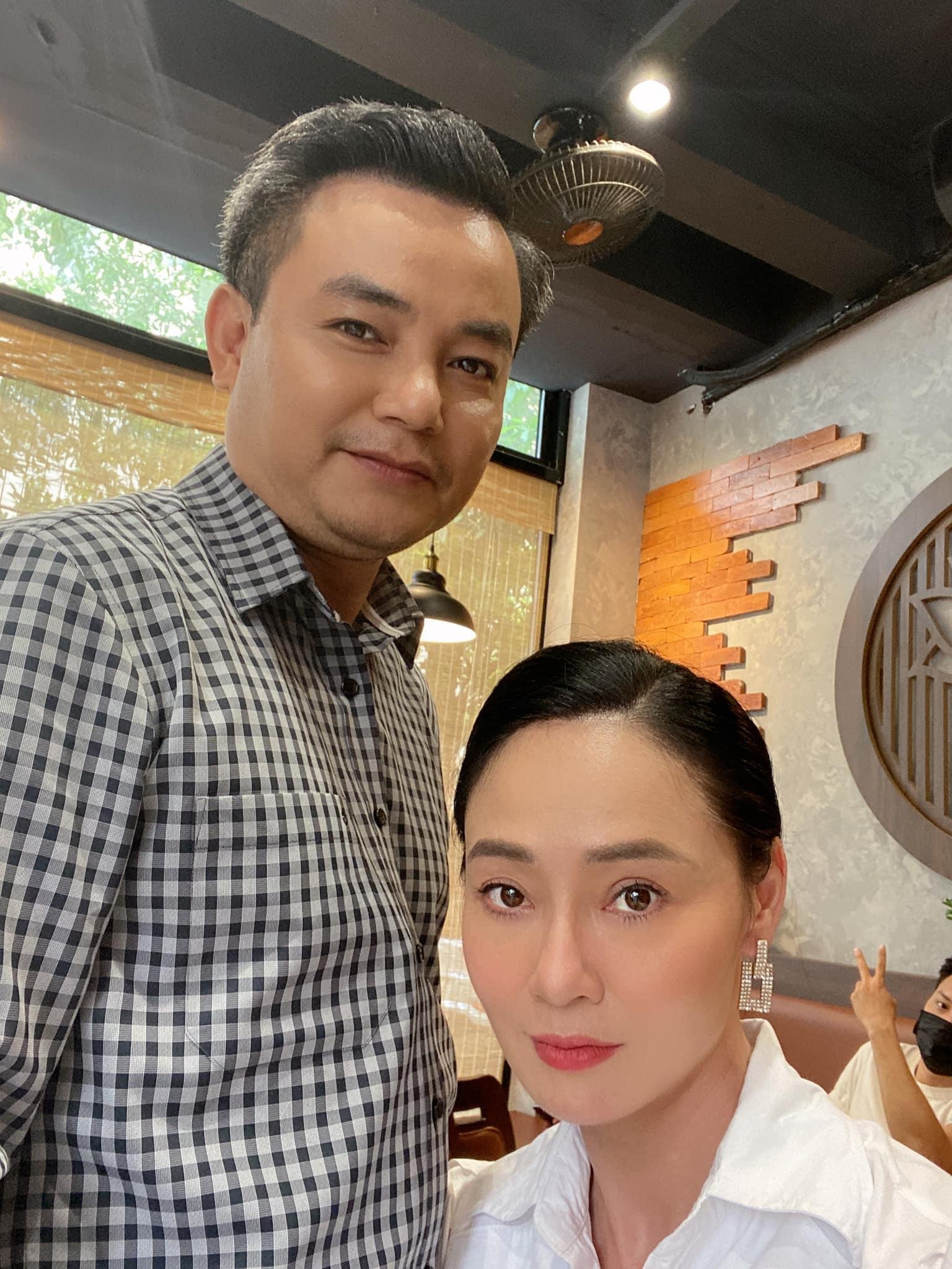 Tổng hợp ảnh hậu trường của 'Hương vị tình thân' chưa được lên sóng: Bà Xuân 'dằn mặt' bà Bích vì 'liếc mắt đưa tình'? 10