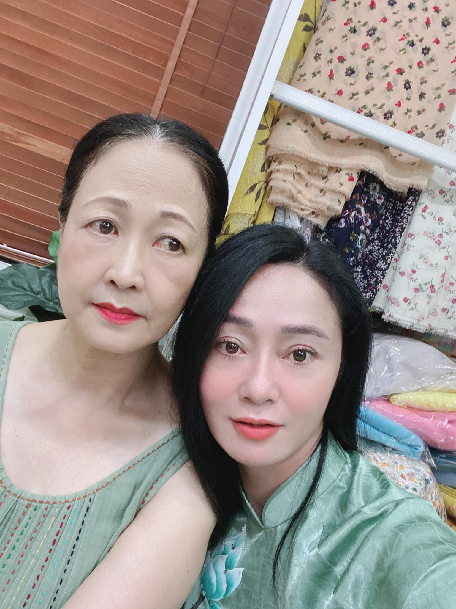 Tổng hợp ảnh hậu trường của 'Hương vị tình thân' chưa được lên sóng: Bà Xuân 'dằn mặt' bà Bích vì 'liếc mắt đưa tình'? 18