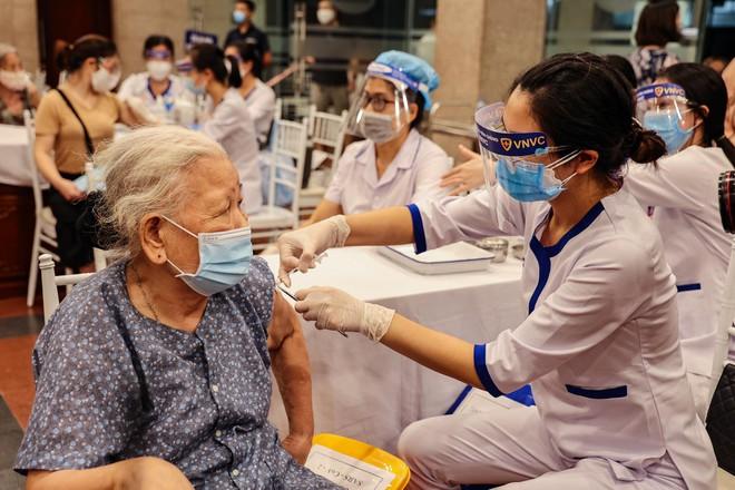 Hà Nội thần tốc 2 mũi giáp công xét nghiệm và tiêm vaccine 2