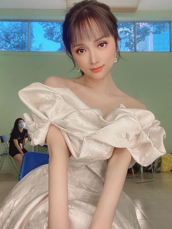 Hương Giang lộ diện với váy xuyên thấu cùng gương mặt khác lạ, sự bật phía sau mới bất ngờ 3