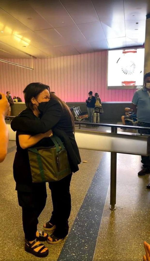 Con gái Phi Nhung ôm Việt Hương khóc nức nở khi nhận tro cốt của mẹ ở sân bay 2