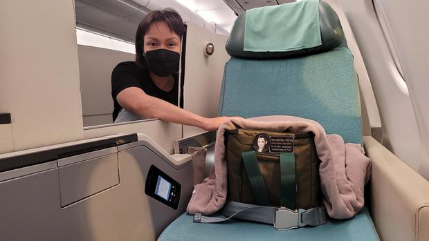 Con gái Phi Nhung ôm Việt Hương khóc nức nở khi nhận tro cốt của mẹ ở sân bay 5
