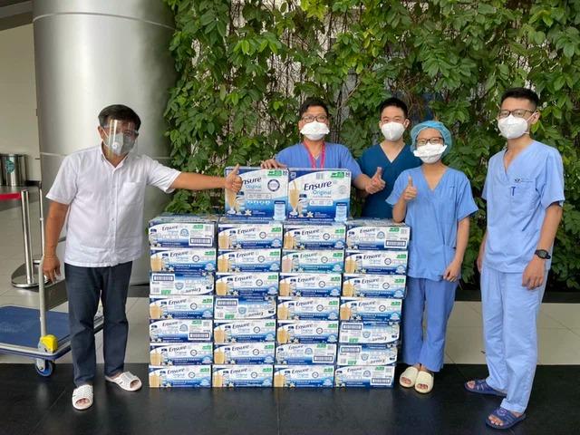 Hậu 'quay xe với bà Nguyễn Phương Hằng, ông Đoàn Ngọc Hải mạnh tay chi gần 1,3 tỷ mua bình oxy tặng nhóm Nhất Tâm 2