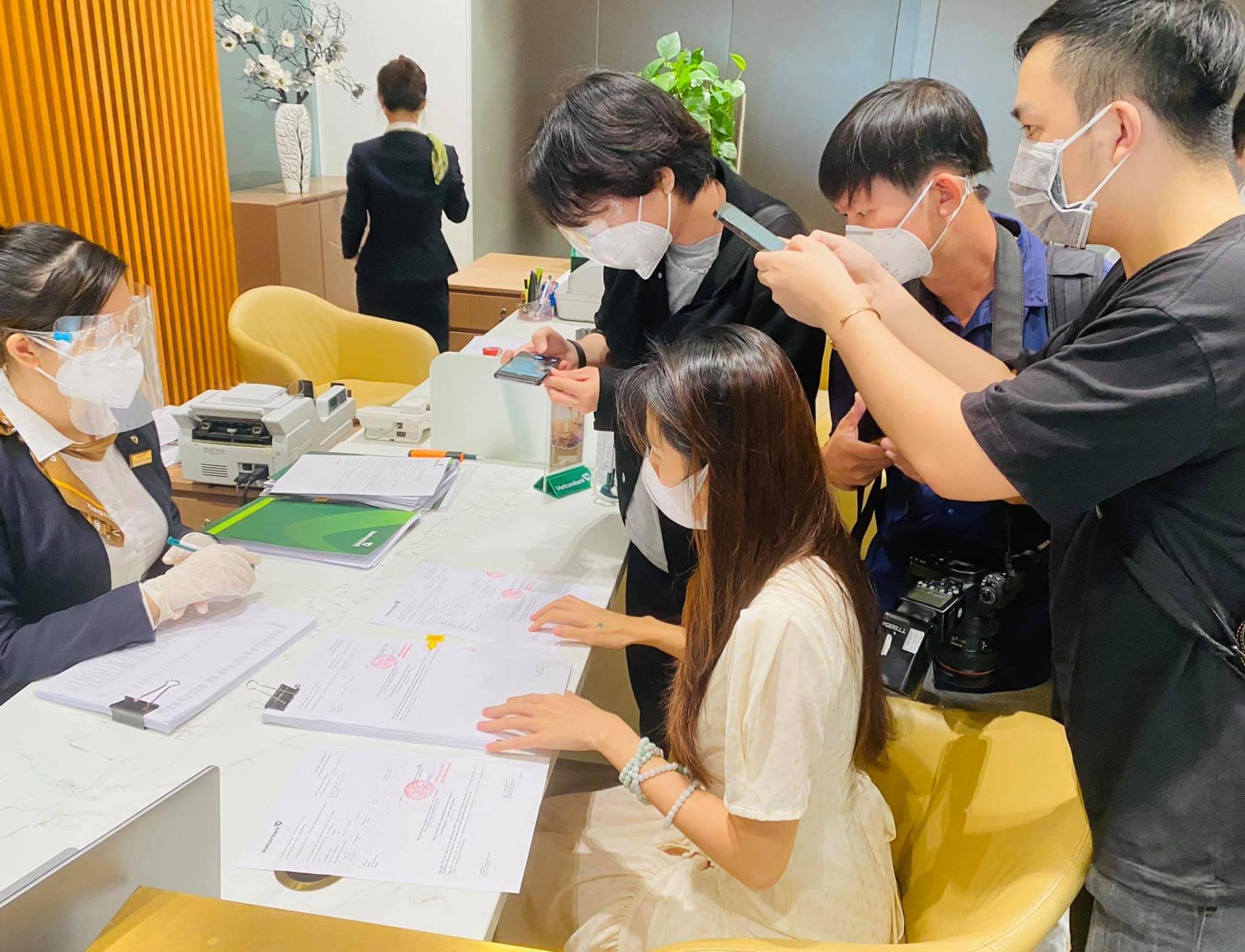 Thuỷ Tiên và Công Vinh livestream sao kê trực tiếp tại ngân hàng, đưa ra tuyên bố đanh thép 6