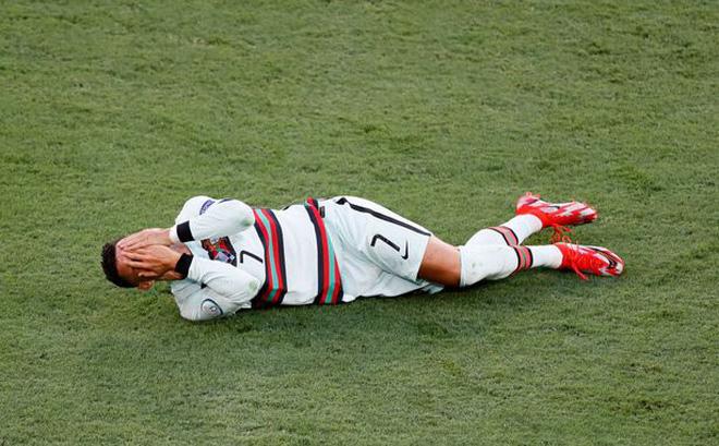 در پایان کار خود رونالدو که یورو را ترک کرد ، هواداران نیز به دلیل اقدام کلاهبرداری خود مورد تمسخر قرار گرفتند 4