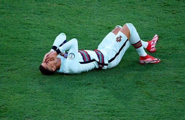 رونالدو پس از خروج از یورو در پایان دوران حرفه ای خود ، به دلیل عمل تقلب 2 مورد تمسخر هواداران قرار گرفت