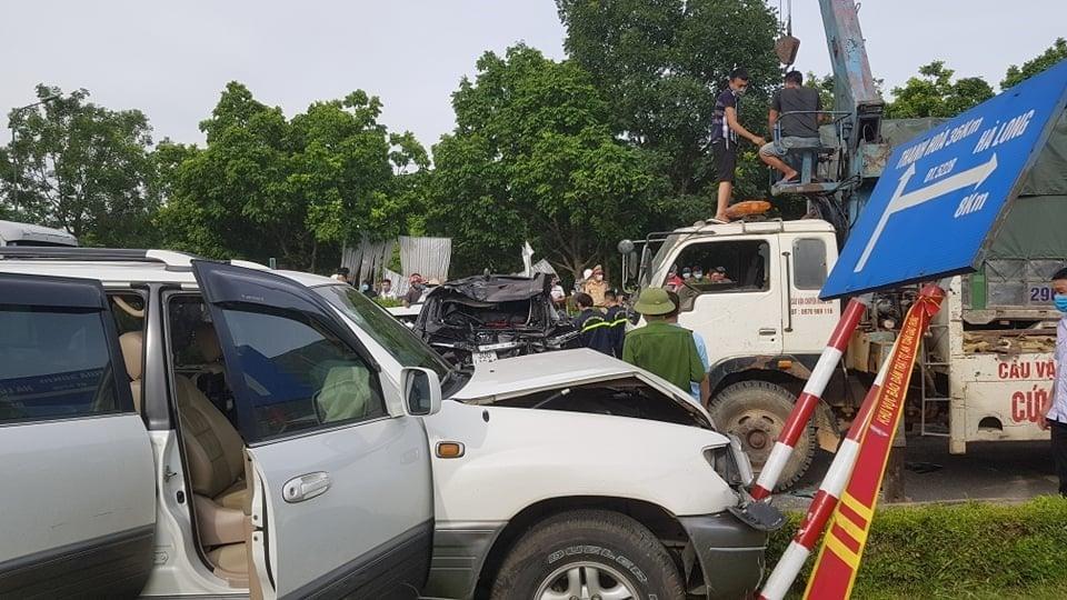 Thanh Hoá: Xe bồn lao thẳng vào các xe dùng đèn đỏ, 7 ô tô bị hư hại nghiêm trọng 4