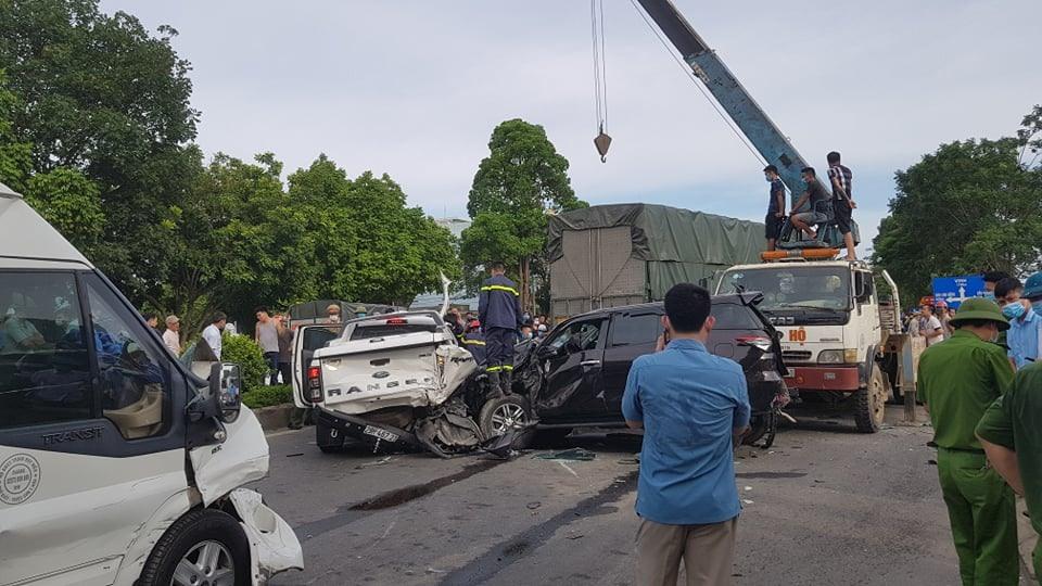 Thanh Hoá: Xe bồn lao thẳng vào các xe dùng đèn đỏ, 7 ô tô bị hư hại nghiêm trọng 1