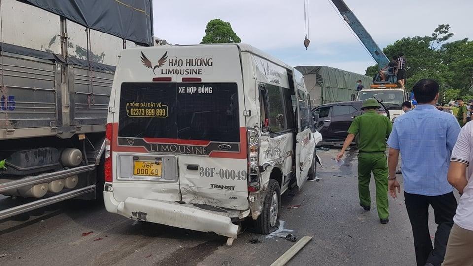Thanh Hoá: Xe bồn lao thẳng vào các xe dùng đèn đỏ, 7 ô tô bị hư hại nghiêm trọng 2