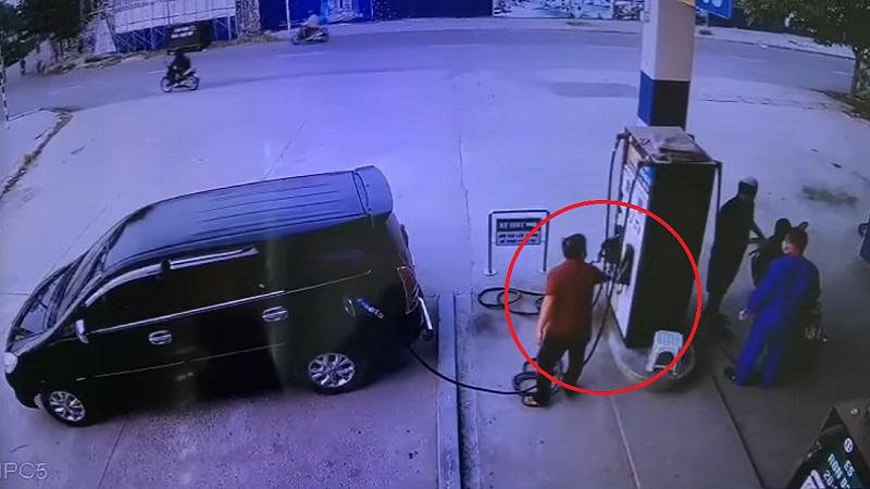 Tài xế đi xe Innova giở 'trò bẩn' khiến nhân viên trạm xăng phải đền 500k 1