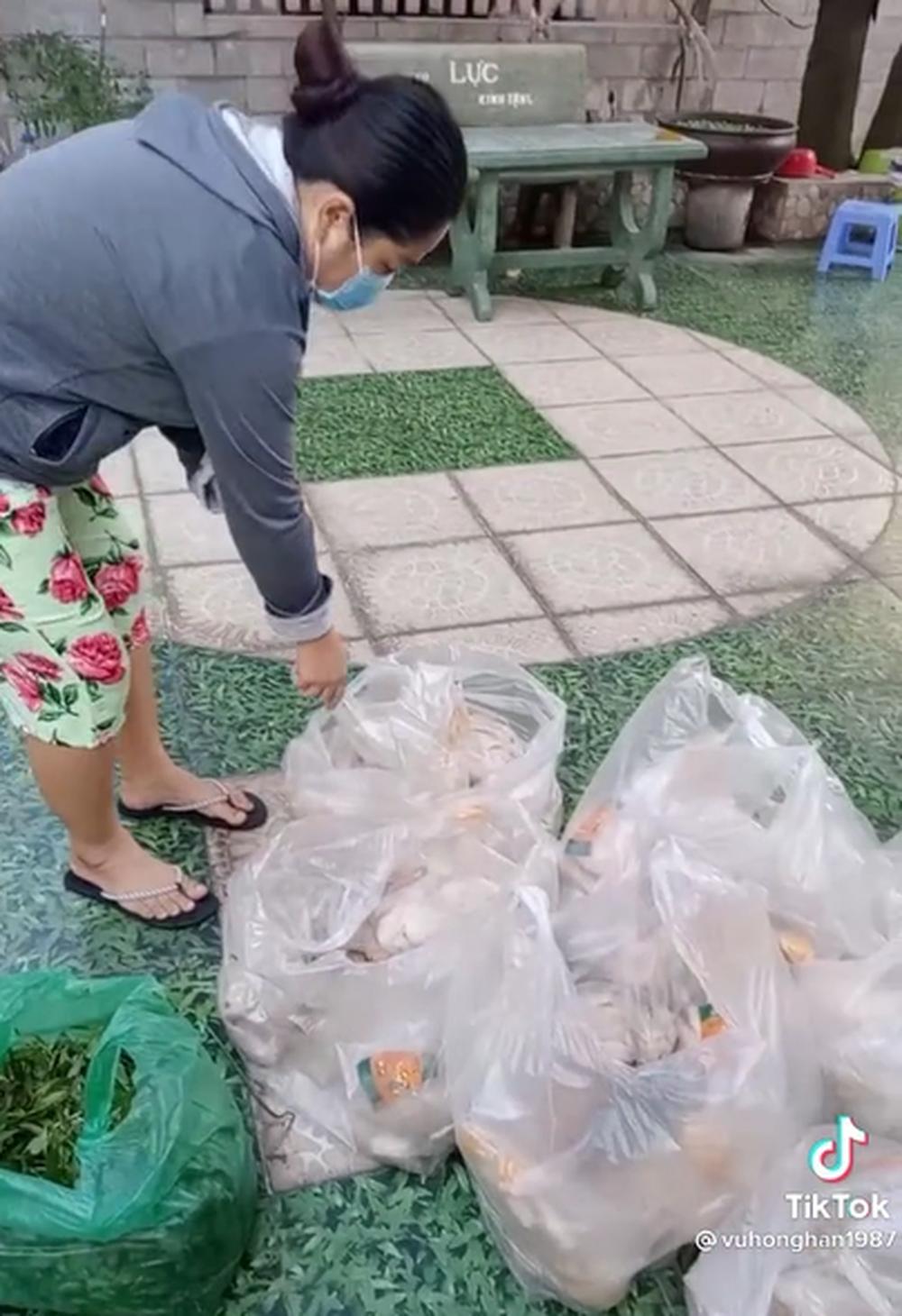 Clip ấm lòng mùa dịch: Chủ nhà cứ 3 ngày lại tặng thực phẩm hỗ trợ người thuê vượt qua khó khăn 2
