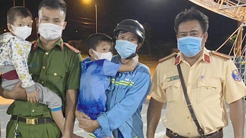 Bố lâu ngày không về vì dịch, anh 8 tuổi dắt em trai đi bộ từ Hậu Giang qua tới Cần Thơ để tìm gặp 1