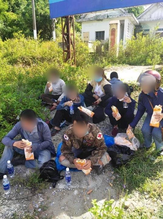 Thấy nhóm người đi xe máy từ TP.HCM về Nghệ An ngủ bên vệ đường, anh thợ hồ có hành động ấm lòng 3