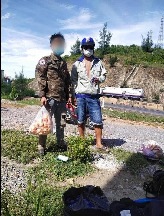 Thấy nhóm người đi xe máy từ TP.HCM về Nghệ An ngủ bên vệ đường, anh thợ hồ có hành động ấm lòng 2